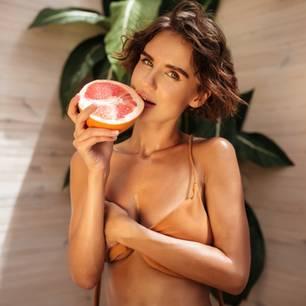 Grapefruit-Sex: Frau mit Greapefruit