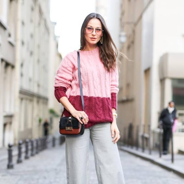 Frau mit rosa Pullover