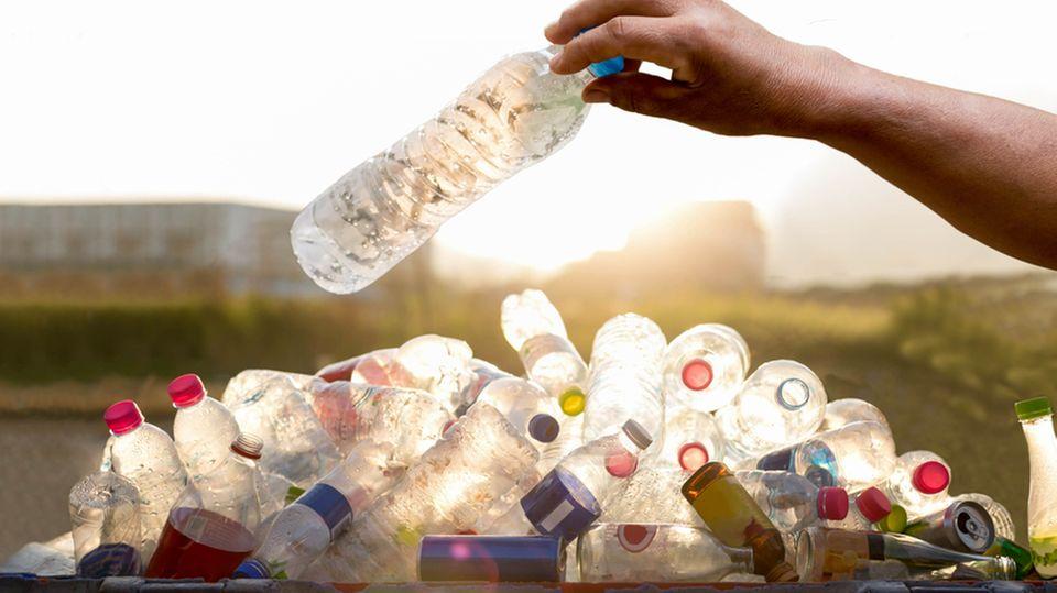 Erschreckende Aufnahmen: Taucher filmt ein Meer von Plastikmüll im Wasser