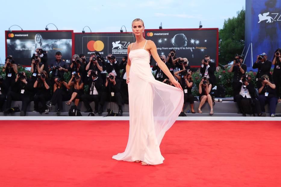 Ganz in Weiß trat Model Renata Kuerten vor die Fotografen. Ihr mehrlagiges Kleid vonAlberta Ferretti kam auf dem Roten Teppich perfekt zur Geltung.