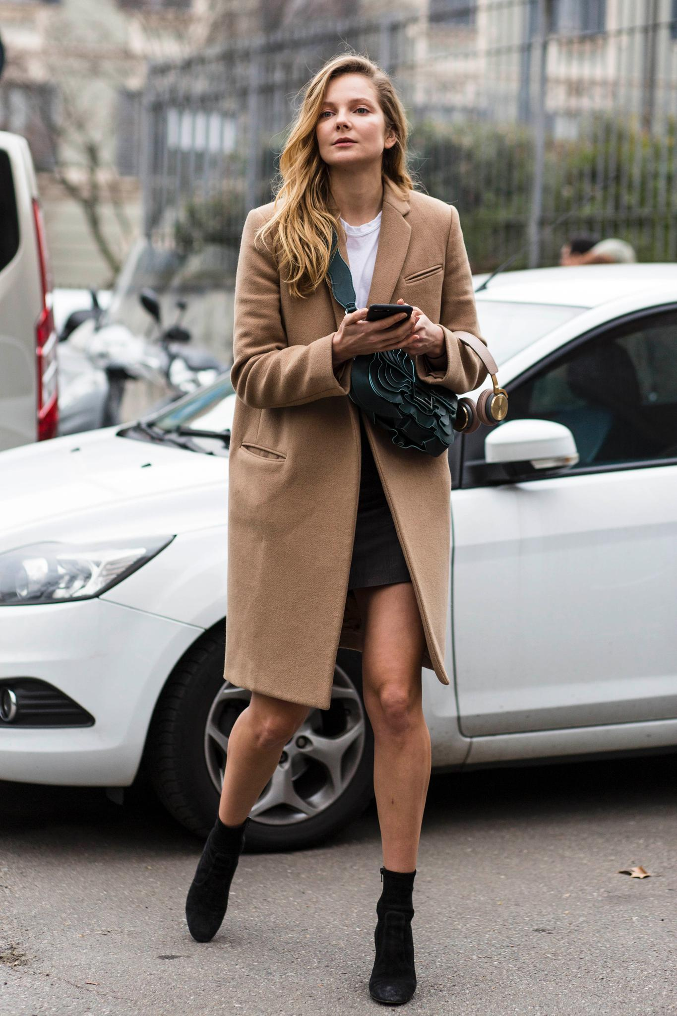 Mantel in Camel zum Minirock getragen