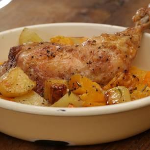 Hähnchenschenkel aus dem Ofen mit Kürbis und Kartoffeln