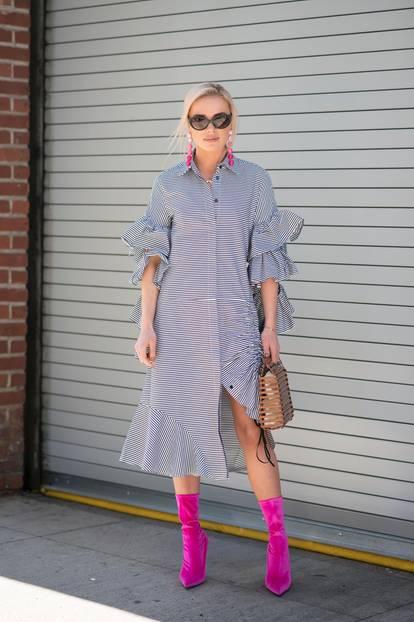 Bloggerin trägt ein gestreiftes Kleid mit pinken Accessoires