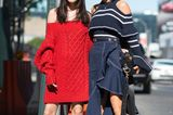 Bloggerinnen tragen ein rotes und ein blaues Outfit