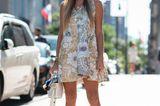 Bloggerin Nina Suess in einem entspannten Streetstyle-Look mit Sneakern