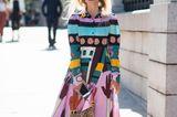 Bloggerin trägt ein buntes Maxikleid