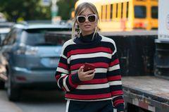 Frau im Streifen-Pullover
