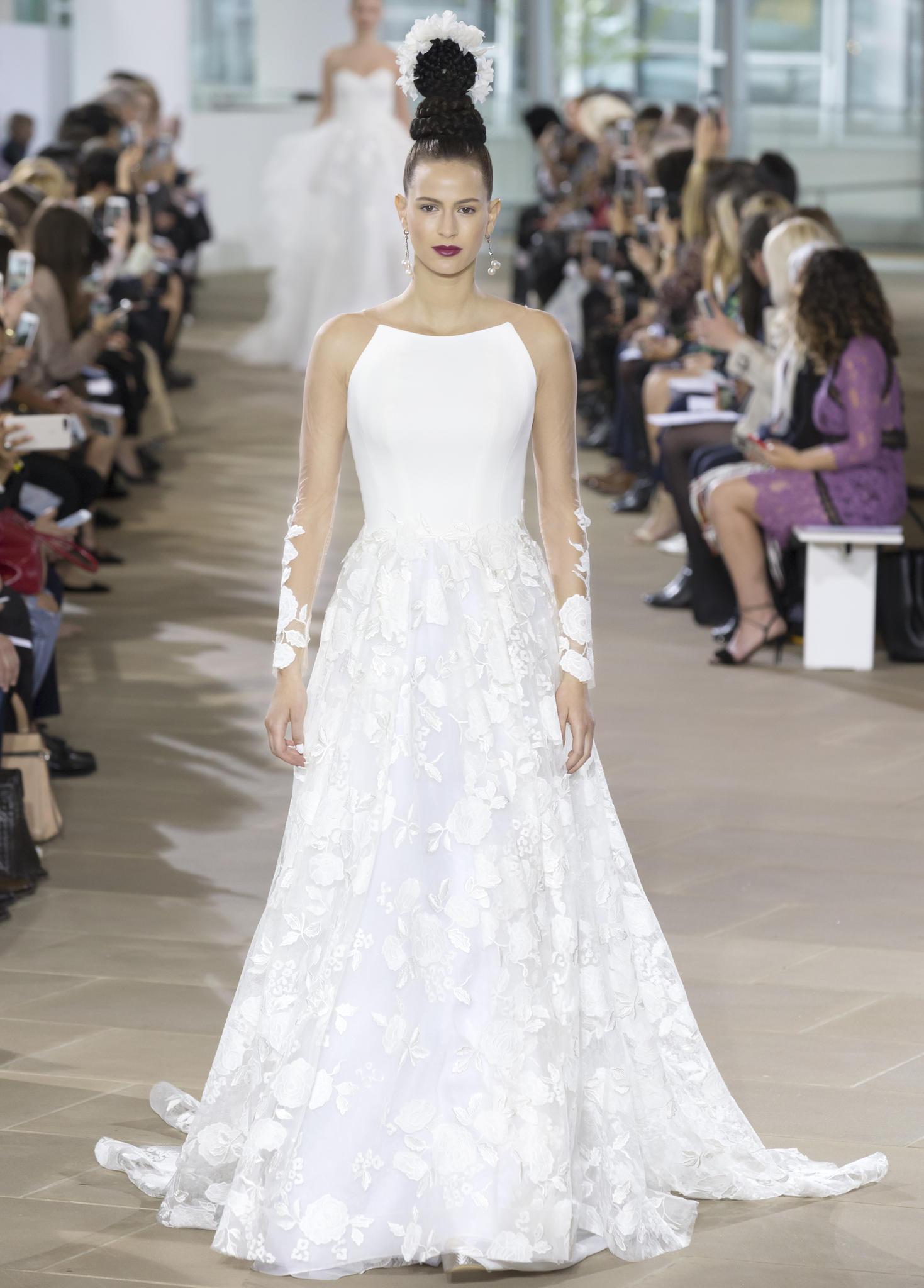 Frau im weißen Kleid