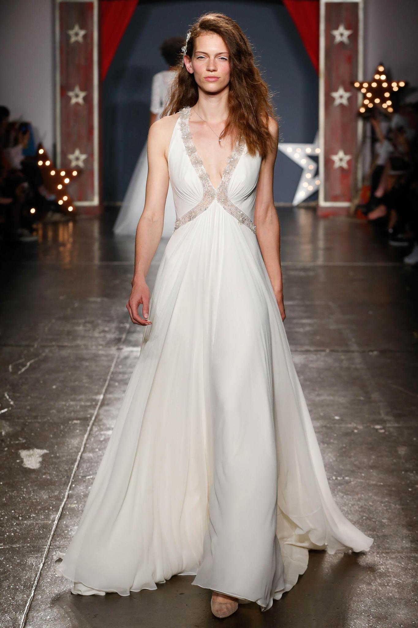 Frau im langen Hochzeitskleid