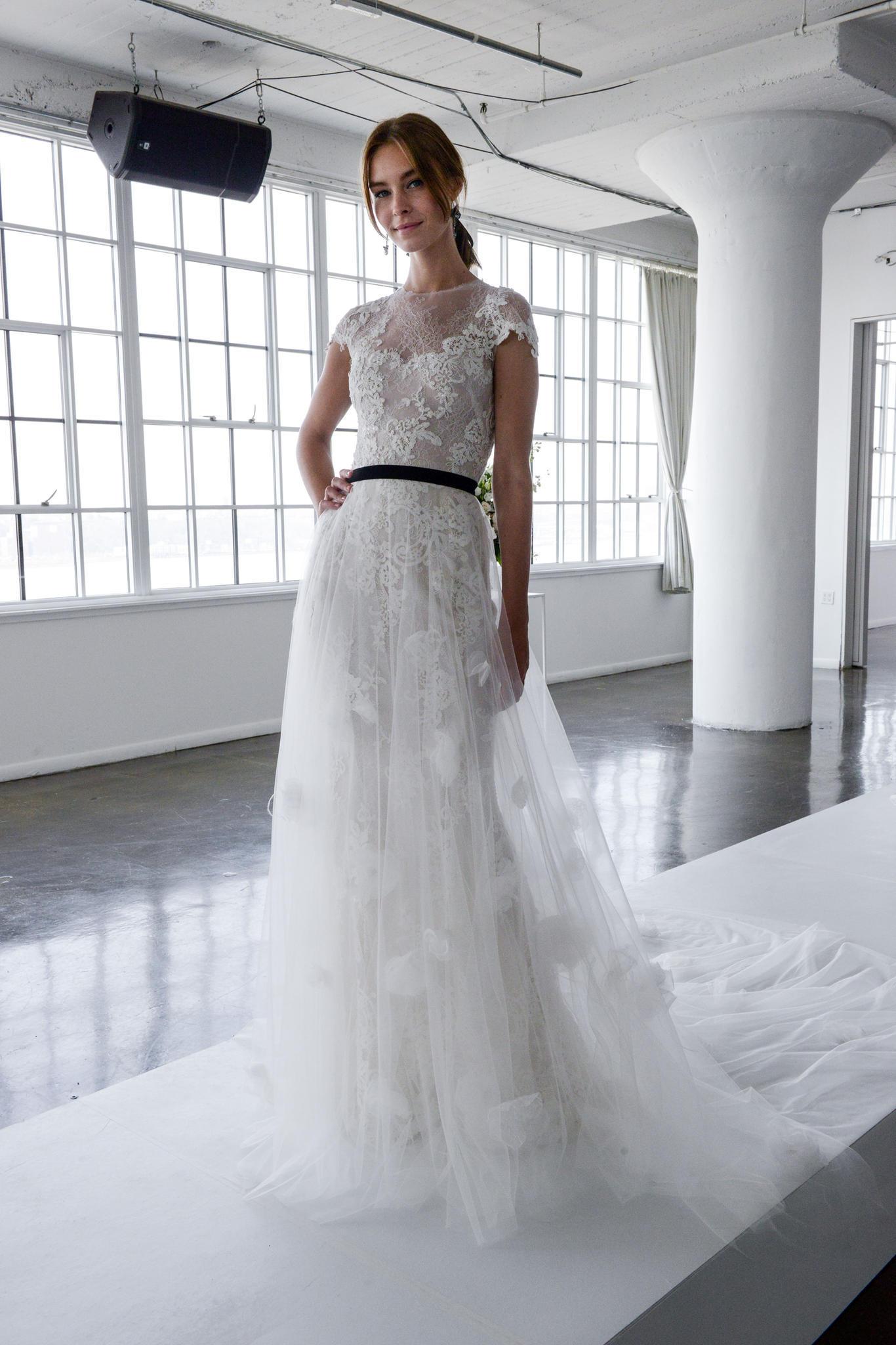 Bodenlanges Hochzeitskleid mit schwarzem Taillenband
