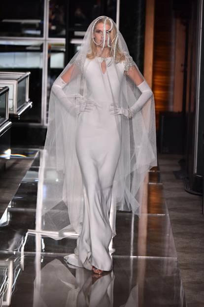 Brautkleider Trends 2018: Seidenkleid mit Schleier bei Reem Acra