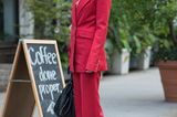 Roter Hosenanzug auf den Straßen NY's