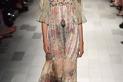Auf der Anna Sui Show mit einem Maxi-Blumenkleid