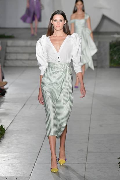 Bei Carolina Herrera trägt Modell einen Rock mit Knoten