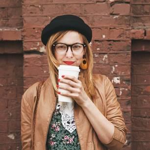 Rätsel: Frau mit Brille und Kaffee