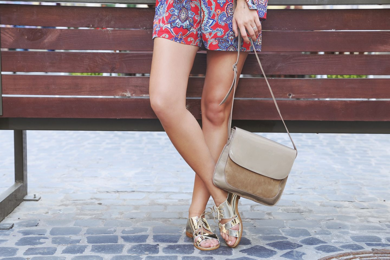 Frau mit Rock und Sandalen