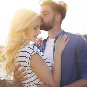 Wie muss man sich in einer Beziehung verhalten: Paar kuschelt