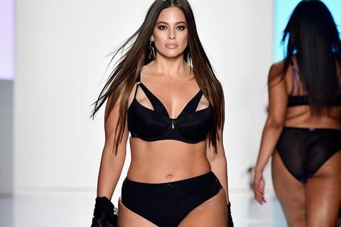 Ashley Graham im Dessous von Addition Elle auf NYFW