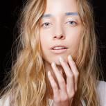 Model mit blauen Augenbrauen