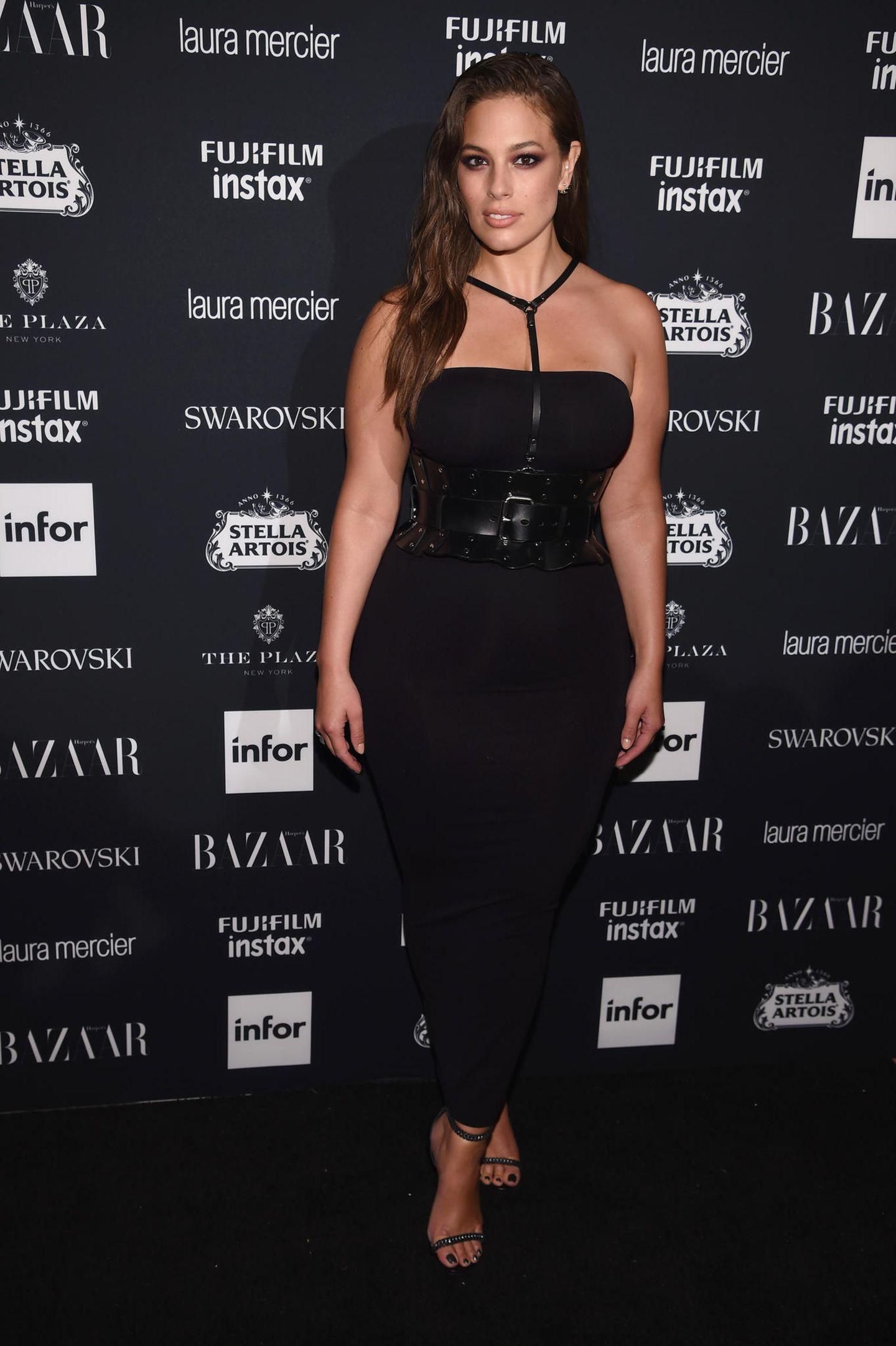 Ashley Graham in einem schwarzen Kleid bei der NYFW