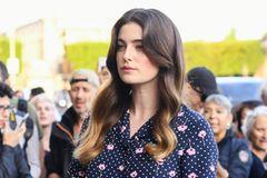 Ombré: Lange, lockige Haare mit Mittelscheitel