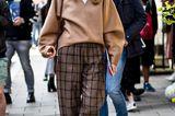 Streetstyle mit Bundfaltenhose bei der London Fashion Week