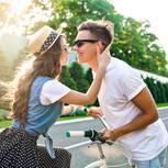 Modemarken: Paar küsst sich