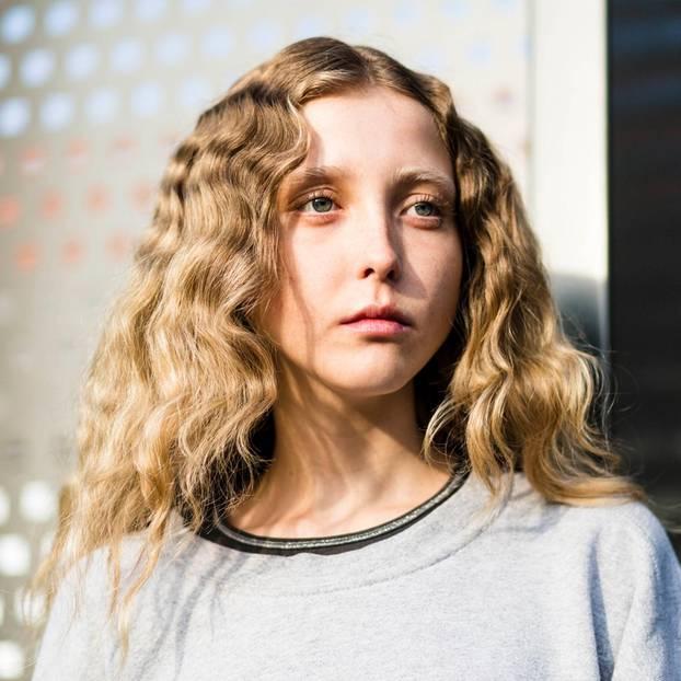 Trendfrisuren: Lockige Haare mit Mittelscheitel