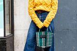 Streetstyle mit gelbem Strickpullover bei der London Fashion Week