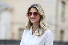 Trendfrisuren: Mittellange Haare mit blonden Strähnchen