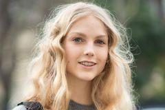 Trendfrisuren: Lange, lockige und blonde Haare mit Mittelscheitel