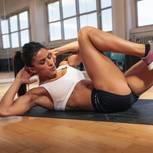 Bauchmuskeln trainieren: Frau macht Crunches