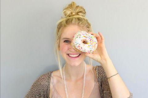 Bloggerin Sarah Gray mit Donut