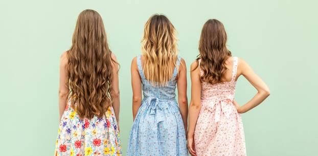 Drei junge Frauen von hinten