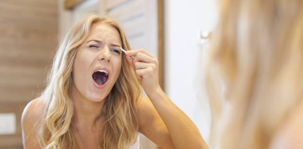 Frau hat sich die Augenbrauen verzupft