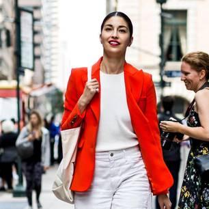 Frau mit rotem Blazer