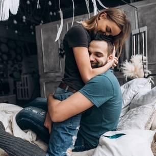 Bin ich beziehungsüchtig: Paar knuddelt