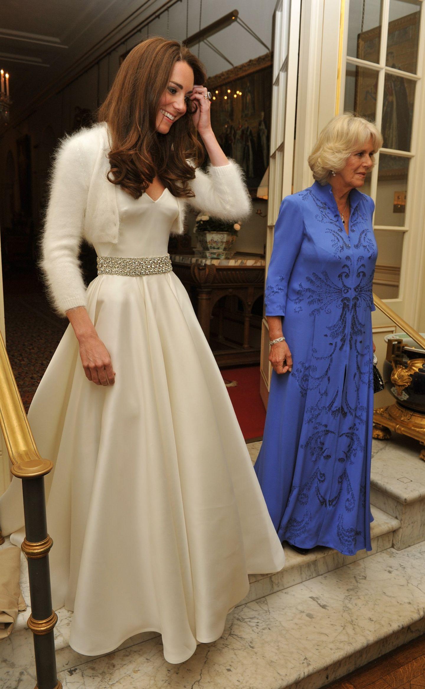 Herzogin Kate in cremeweißer Seidenrobe