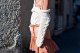 Kann sich sehen lassen: Derber Strick mit Zopfmuster lässig über dem Kleid getragen.