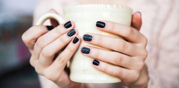 Frau mit dunkellackierten Nägeln