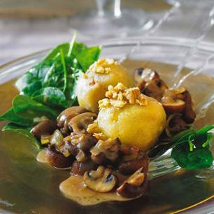 walnuss-kloesse-mit-wuerzigen-champignons-und-spinatsalat