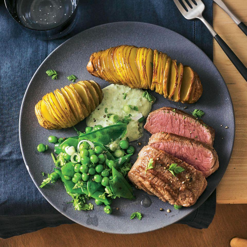 Fächerkartoffeln mit Lamm und Gemüsesalat