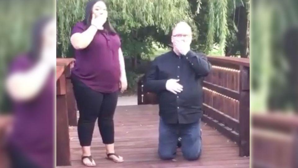 Pinkel-Panne! Kleiner Junge crasht Heiratsantrag 😂
