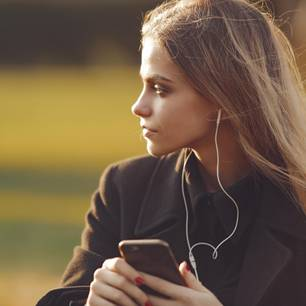 Psychopathen-Lied: Frau hört Musik