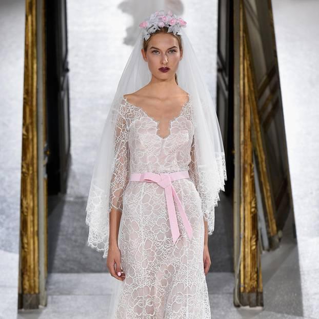 Modell trägt Spitzenkleid von Kaviar Gauche