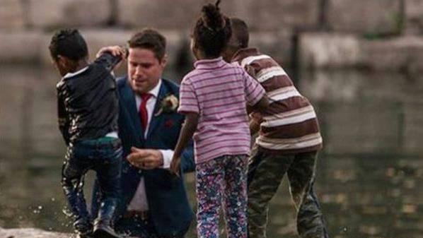 Mitten im Hochzeitsfoto: Bräutigam rettet Kind vorm Ertrinken