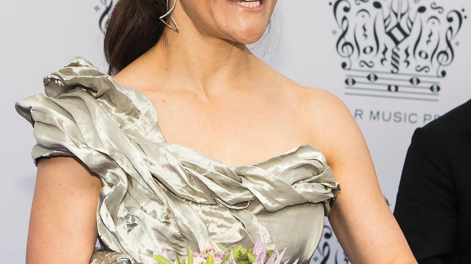 Rolli mit Mütze plus Hut!? 😳 Was hat sich Alicia Keys bloß bei diesem Look gedacht?