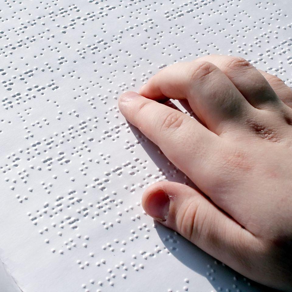 Sehverlust durch Diät: Eine Hand fährt über Blindenschrift.