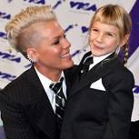 Pink mit Tochter Willow auf dem Arm.