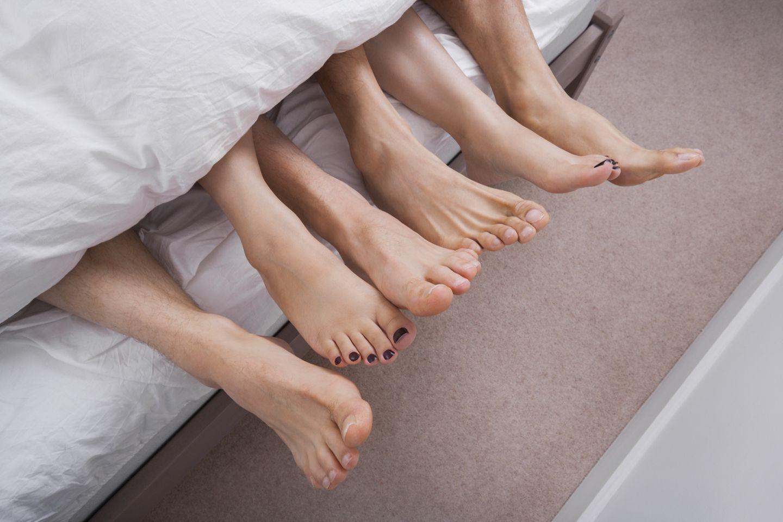Janina steht auf Dreier: 6 Füße schauen aus Bettdecke